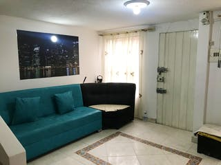 Una sala de estar llena de muebles y una ventana en Casa en venta en Bosa San Diego, 152mt de cuatro niveles