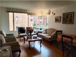 Una sala de estar llena de muebles y una mesa en Apartamento en venta en La Carolina, 81mt