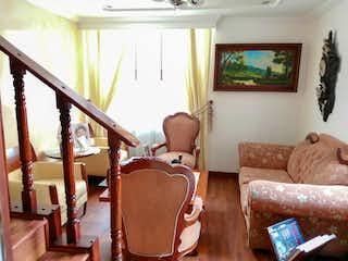 Una sala de estar llena de muebles y una ventana en Venta Casa Colina Campestre Quintas de Sta. Maria del Campo