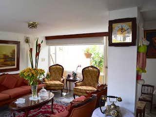 Una sala de estar llena de muebles y una gran ventana en Casa En Venta En Bogota-Cedro Salazar, cuenta con tres alcobas.