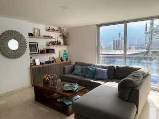 Una sala de estar llena de muebles y una gran ventana en Apartamento en venta en Conquistadores, 91mt con balcon
