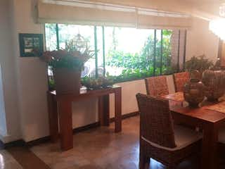 Una sala de estar llena de muebles y una chimenea en Casa en venta en El Campestre, de 363mtrs2