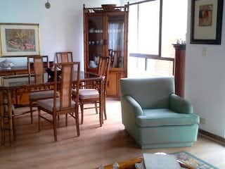 Una sala de estar llena de muebles y una mesa en ONTANEDA