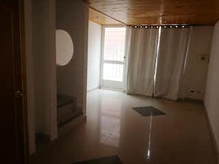 Un cuarto de baño con un inodoro y una ducha en Casa en venta en Casco Urbano Madrid, de 72mtrs2