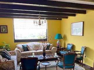 Una sala de estar llena de muebles y una ventana en Casa en venta en Valle Escondido, de 370mtrs2