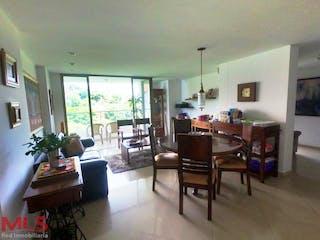 Una sala de estar llena de muebles y una mesa en Recintos De La Abadia