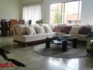 Una sala de estar llena de muebles y una ventana en Ontario