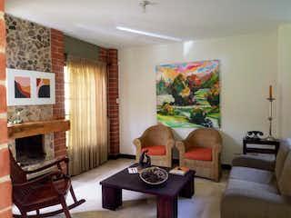 Una sala de estar llena de muebles y una chimenea en Casa en venta en Asdesillas de 291mts, dos niveles