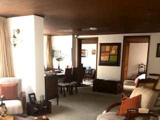 Una sala de estar llena de muebles y una televisión de pantalla plana en Casa en venta en Palermo de 287mts, dos niveles