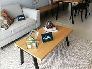 Una sala de estar llena de muebles y una mesa en Apartamento en venta en Chipre de 2 habitaciones
