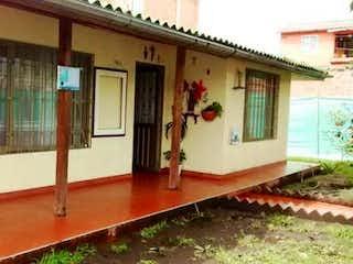 Una cocina con fregadero y nevera en Casa en Fusca, en Chia, 4 Habitaciones- 130m2,.