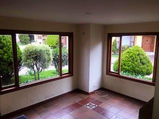 Un baño con una ventana y una ventana grande en Conjunto Materile