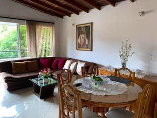 Una sala de estar llena de muebles y una mesa en Apartamento en venta en  Velódromo de 2 habitaciones