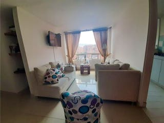 Una sala de estar llena de muebles y una ventana en Apartamento en venta en Mirandela, de 61,03mtrs2