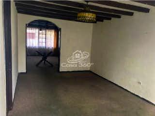 Una habitación que tiene una ventana en ella en Casa en venta en Puente Largo, 137mt de tres niveles
