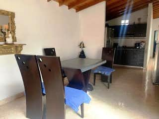 Una cocina con una mesa y un refrigerador en Apartamento en venta en Alcalá de  3 Habitaciones