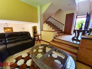 Una sala de estar llena de muebles y una gran ventana en Poblado De San Lorenzo