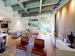 Una sala de estar llena de muebles y una gran ventana en Coral Living