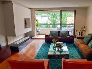 Una sala de estar llena de muebles y una televisión de pantalla plana en Apartamento en venta en Usaquén, 173mt con balcones