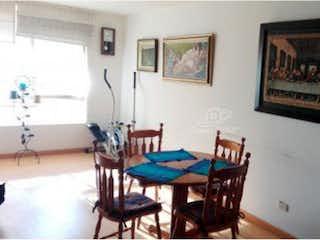Un comedor con una mesa y sillas en Apartamento en venta en Sotavento de tres habitaciones