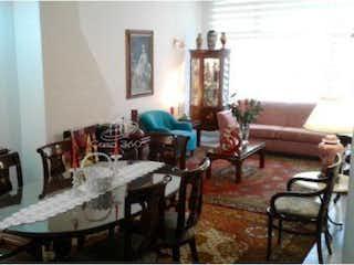 Una sala de estar llena de muebles y una ventana en Casa en venta en Puente Largo, 220mt de dos niveles