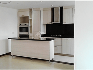 Cocina con nevera y microondas en Apartamento en venta en La Alhambra, 80mt