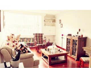 Una sala de estar llena de muebles y una chimenea en Casa en venta en Batán, 196mt de dos niveles