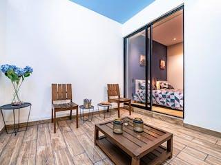 Una sala de estar llena de muebles y una televisión de pantalla plana en VITA del Valle