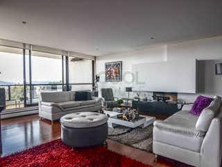 Una sala de estar llena de muebles y una chimenea en Apartamento en venta en Bosque Medina de tres habitaciones