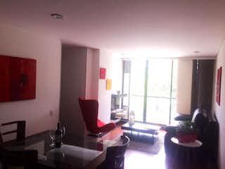 Una sala de estar llena de muebles y una ventana en Apartamento En Venta En Bogota Batan- 3 alcobas