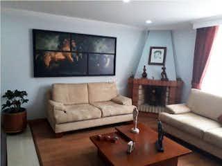 Una sala de estar llena de muebles y una mesa de café en Apartamento en venta en Puente Largo, 126mt duplex