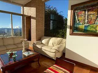 Una sala de estar llena de muebles y una gran ventana en Casa en venta en Yerbabuena de 5 habitaciones