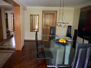 Una sala de estar llena de muebles y una televisión de pantalla plana en Casa en venta en Barrio Niza de 223mts, tres niveles