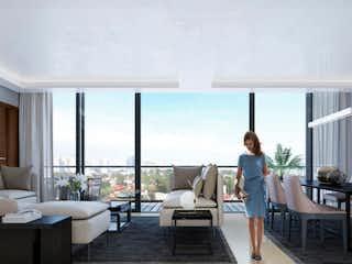 Una mujer está de pie en una sala de estar en Altarea