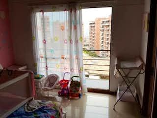 Una habitación llena de muebles y una ventana en GRAN COLINA