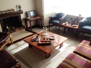 Una sala de estar llena de muebles y una televisión de pantalla plana en Casa En Venta En Bogota Cedritos