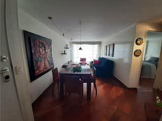 Una sala de estar llena de muebles y una televisión de pantalla plana en Apartamento en venta en Santa Bárbara Central de dos habitaciones