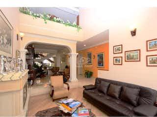 Una sala de estar llena de muebles y una gran ventana en Casa en venta en La Alhambra, 216mt de dos niveles