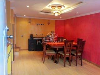 Una sala de estar llena de muebles y una lámpara de araña en Casa en venta en Pinar de Suba de 83mts