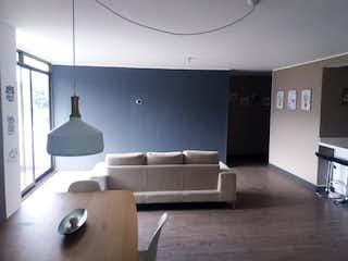 Una sala de estar llena de muebles y una ventana en Apartamento en venta en El Portal, 130mt con balcon