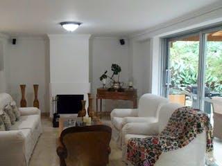 Una sala de estar llena de muebles y una gran ventana en Arroyuelos