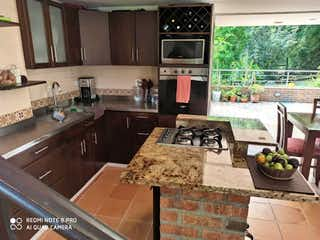 Una cocina con un fregadero y un horno de cocina en Urbanización Tierra Fresca Casa 99