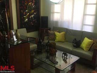 Una sala de estar llena de muebles y una ventana en Bilbao