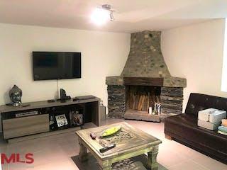 Una sala de estar llena de muebles y una chimenea en Casa en venta en El Esmeraldal, de 202mtrs2