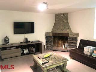 Una sala de estar llena de muebles y una chimenea en Casa en venta en El Esmeraldal, 202m² con Jardín...