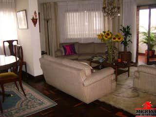 Una sala de estar llena de muebles y una planta en maceta en ED ABURRA