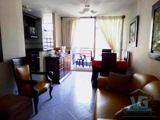 Una sala de estar llena de muebles y una televisión de pantalla plana en Aquamare