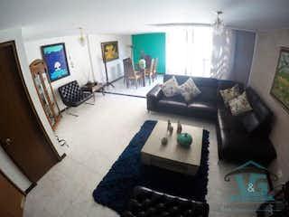 Una sala de estar llena de muebles y una chimenea en LA CALLEJA