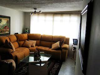 Una sala de estar llena de muebles y una ventana en Casa en venta en Villa Luz de 5 habitaciones