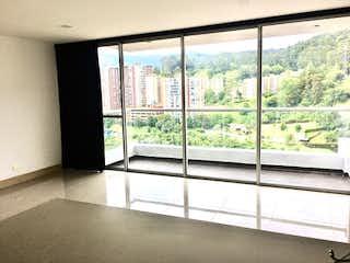 Un baño con una ventana y un balcón en Apartamento en venta en Loma del Indio de 3 Habitaciones